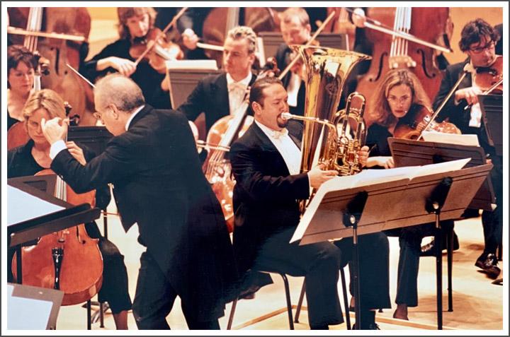 Pablo fernández interpretando de solista